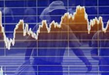 Пешеход отражается в электронномт табло с графиком изменений индекса TOPIX в Токио 2 июня 2014 года. Экономика Японии сократилась в третьем квартале 2014 года сильнее, чем сообщалось ранее, в результате уменьшения объемов капитальных инвестиций, свидетельствуют данные, опубликованные в понедельник. REUTERS/Yuya Shino