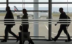 Air France-KLM a annoncé un trafic en hausse de 0,4% et un coefficient d'occupation en progression de 1,4 point, à 81,8%, dans son activité de transport de passagers en novembre, tirée par les zones Amériques et Asie. /Photo d'archives/REUTERS/Jean-Paul Pélissier