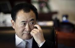 Глава Dalian Wanda Group Ван Цзяньлинь дает интервью в офисе компании в Пекине 3 декабря 2012 года. Второй крупнейший в мире девелопер шоппинг-моллов и офисных зданий Dalian Wanda Commercial Properties Co Ltd сократил примерно на треть размер своего гонконгского IPO - до $3,9 миллиарда, чтобы привлечь инвесторов, обеспокоенных существенным долгом компании, говорят аналитики. REUTERS/Suzie Wong