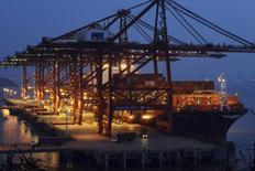 En la imagen, camiones con contenedores de carga en el puerto Ningbo Zhoushan de la provincia de Zhejiang. 7 de diciembre, 2014. Las importaciones de China cayeron inesperadamente en noviembre y el crecimiento de las exportaciones se desaceleró, lo que aumenta la preocupación de que la segunda mayor economía del mundo podría estar enfrentando una desaceleración más severa y refuerza la presión para que las autoridades ofrezcan más medidas de estímulo. REUTERS/Stringer