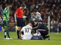 James Rodríguez, do Real Madrid, é atendido por médicos durante jogo contra o Celta de Vigo, em Madri. 6/12/2014  REUTERS/Andrea Comas