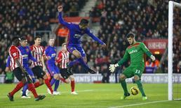 Robin van Persie (centro), do Manchester United, marca gol contra o Southampton, em jogo pelo Campeonato Inglês, no estádio St Mary, em Southampton, sul da Inglaterra, nesta segunda-feira. 08/12/2014 REUTERS/Andrew Winning