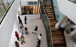 Le spécialiste britannique du prêt-à-porter en ligne ASOS a enregistré un ralentissement de la croissance de ses ventes sur le trimestre écoulé, en dépit de bonnes performances au Royaume-Uni.  Ses ventes ont progresser de 8% à 246 millions de livres (312 millions d'euros) sur les trois mois au 30 novembre. /Photo d'archives/REUTERS/Suzanne Plunkett