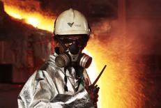 Operário monitora processo de derretimento de níquel em uma instalação da Vale na Indonésia. 8/01/2014. REUTERS/Yusuf Ahmad