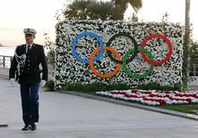 Policial de Mônaco passa pelos anéis olímpicos. 08/12/2014 REUTERS/Eric Gaillard