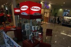 Un puesto de Iusacell en un centro comercial en Ciudad de México, sep 10 2014. Las ventas comparables de la principal agrupación de minoristas de México crecieron un 2.4 por ciento interanual en noviembre apoyadas en un calendario positivo, mostraron el martes cifras de la propia asociación. REUTERS/Tomas Bravo