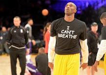 Jogador do Los Angeles Lakers Kobe Bryant com uma camiseta de protesto pela morte de Eric Garner, antes de uma partida da NBA contra o Sacramento Kings, em Los Angeles, nos EUA. 9/12/2014. USA TODAY Sports/Jayne Kamin-Oncea