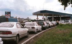 Машины стоят в очереди на заправку в Красноярске. Инфляция в России со 2 по 8 декабря составила 0,3 процента, четвертую неделю подряд, сообщил Росстат. С начала декабря цены выросли на 0,4 процента, с начала года - на 8,9 процента. REUTERS