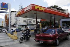 Una gasolinera de PDVSA en Caracas, ago 29 2014. Grandes petroleras foráneas en Venezuela están ofreciendo en venta a la estatal PDVSA crudos livianos de países como Nigeria y Estados Unidos, a fin de ejercer un mayor control sobre la calidad y el costo de las mezclas que están produciendo en conjunto en la Faja del Orinoco y empujar al alza la extracción, dijeron fuentes cercanas a las negociaciones.   REUTERS/Carlos Garcia Rawlins