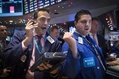 Operadores en la bolsa de Wall Street en Nueva York, dic 10 2014. Las acciones caían el miércoles en Nueva York, arrastradas por un fuerte declive en el sector de energía ante el desplome de los precios del petróleo. REUTERS/Brendan McDermid
