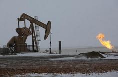 Станок-качалка в Северной Дакоте 11 марта 2013 года. Цены на нефть Brent растут, но по-прежнему близки к отмеченному в среду пятилетнему минимуму, и тенденция к снижению сохраняется. REUTERS/Shannon Stapleton