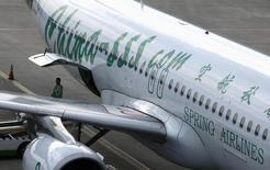 Самолет  Spring Airlines в аэропорту Хунцяо 6 июля 2012 года. Китайский регулятор фондового рынка неожиданно одобрил в среду вечером 12 IPO, что может способствовать охлаждению ралли на местном рынке акций, в ходе которого основной индекс CSI подскочил более чем на 30 процентов за две недели. REUTERS/Aly Song