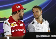 Piloto espanhol Fernando Alonso e piloto britânico Jenson Button, ambos da Fórmula 1, durante coletiva de imprensa em Abu Dhabi. 20/11/2014. REUTERS/Ahmed Jadallah
