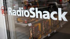Le chiffre d'affaires trimestriel de RadioShack a chuté de 16% à 650,2 millions de dollars (521,64 millions d'euros). Le distributeur américain d'électronique grand public va mettre en place des mesures de réduction de coûts en vue d'augmenter ses résultats de 400 millions de dollars par an. Sa perte nette s'est creusée à 1,58 dollar par action sur le trimestre au 1er novembre. /Photo prise le 14 mars 2014/REUTERS/Shannon Stapleton