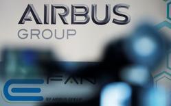 L'action d'Airbus Group poursuit sa baisse jeudi au lendemain de perspectives jugées décevantes pour 2015 et 2016 que le groupe a de nouveau cherché à minimiser en précisant qu'il ne s'agissait que d'une tendance et en réaffirmant sa promesse d'une hausse des bénéfices à partir de 2017. /Photo d'archhives/REUTERS/Régis Duvignau