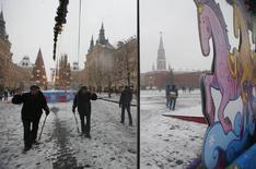 Люди на Красной площади в Москве 10 декабря 2014 года. Температура воздуха в Москве будет колебаться около нуля градусов в субботу и воскресенье, свидетельствует усреднённый прогноз, составленный на основании данных Гидрометцентра России, сайтов intellicast.com и gismeteo.ru. REUTERS/Maxim Zmeyev