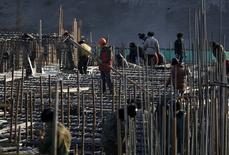 Chantier de construction à Pékin. Les nouveaux prêts des banques chinoises ont bondi de 56% en un mois en novembre, pour atteindre 852,7 milliards de yuans (110,8 milliards d'euros), soit nettement plus que les attentes des économistes, les autorités multipliant les initiatives pour lutter contre le ralentissement de l'économie. /Photo prise le 12 décembre 2014/REUTERS/Kim Kyung-Hoon