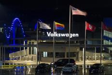 Usine Volkswagen à Chattanooga, dans le Tennessee. La croissance des ventes de VW en novembre a été la plus faible en quinze mois, le premier constructeur automobile européen souffrant d'une baisse de la demande en Amérique que l'Europe et la Chine n'ont que médiocrement compensée. /Photo prise le 14 février 2014/REUTERS/Christopher Aluka Berry