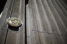 El emblema del Banco Central de Chile visto en la entrada de su edificio en el centro de Santiago. Imagen de archivo, 7 noviembre, 2014. El Banco Central de Chile recortaría su cálculo de crecimiento de la economía a un rango del 2,5 al 3,5 por ciento en el 2015, mientras la inflación llegaría a la mitad de lo previsto para este año en su próximo informe de proyecciones, arrojó el viernes un sondeo de Reuters. REUTERS/Ivan Alvarado
