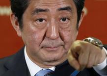 Primeiro-ministro do Japão e líder da do Partido Liberal Democrata, Shinzo Abe, durante coletiva de imprensa após vitória de sua coalizão em eleições parlamentares, em Tóquio. 15/12/2014. REUTERS/Toru Hanai