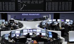 Трейдеры на торгах фондовой биржи во Франкфурте-на-Майне 24 ноября 2014 года. Европейские фондовые рынки растут благодаря повышению цен на нефть и медь. REUTERS/Remote/Stringer