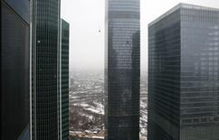 Vista aérea de edificios en el sector financiero de Moscú. Imagen de archivo, 9 diciembre, 2014.  El Banco Central de Rusia dijo el lunes que envió una orden a la Bolsa de Moscú para que suspenda las operaciones de ciertos instrumentos a fin de prevenir la posible manipulación de los mercados a futuro de acciones. REUTERS/Maxim Zmeyev