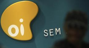 El logo de la brasileña Oi vista en el interior de una tienda comercial en Sao Paulo. Imagen de archivo, 2 octubre, 2013.  La empresa brasileña de telecomunicaciones Oi busca una suspensión temporal de ciertas cláusulas de algunos bonos respecto a su proporción de deuda bruta frente a la ganancia operacional para manejar mejor su flujo de caja, dijo a Reuters el lunes el presidente ejecutivo en funciones, Bayard Gontijo. REUTERS/Nacho Doce