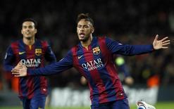 Neymar comemora gol marcado contra o Paris St Germain pela Liga dos Campeões. 10/12/2014 REUTERS/Albert Gea