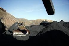 Una excavadora vista junto a pilas de carbón en la mina Kholodnaya en Makiivka, en las afueras de Donetsk. Imagen de archivo, 5 noviembre, 2014.  La caída en los precios del petróleo, el carbón y el mineral de hierro alcanzan ahora niveles vistos antes o durante la crisis financiera del 2008/2009, lo que muestra no sólo el impacto de un superávit de suministros sino también una mayor debilidad en la economía global, dijeron analistas.  REUTERS/Maxim Zmeyev