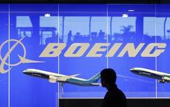Boeing a augmenté de deux milliards de dollars, à 12 milliards (9,6 milliards d'euros) le montant maximal de son programme de rachat d'actions, tout en relevant de 25% son dividende trimestriel, signe de la confiance de l'avionneur américain en sa capacité à générer de la trésorerie. /Photo d'archives/REUTERS/Vivek Prakash