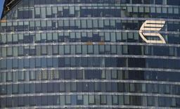 Логотип ВТБ на одной из башен Москва-сити 20 ноября 2014 года. Второй по величине госбанк РФ ВТБ ждет в 2015 году сильного давления на чистую процентную маржу, что скажется на прибыльности банка, отмечают аналитики по итогам встречи с руководством банка. REUTERS/Maxim Zmeyev