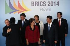 Лидеры стран БРИК на саммите в Бразилиа 16 июля 2014 года. Страны БРИК, стали лидерами по оттоку незаконно нажитого капитала с развивающихся рынков, говорится в докладе организации Global Financial Integrity (GFI), опубликованном на этой неделе.  REUTERS/Ueslei Marcelino