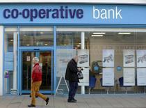 Tous les établissements de crédit britanniques, à l'exception de la banque en difficulté Co-operative Bank, seraient capables de résister à une forte baisse des prix de l'immobilier selon la Banque d'Angleterre (BoE). /Photo prise le 16  décembre 2014/REUTERS/Luke MacGregor