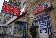 Le rouble russe poursuivait sa chute mardi malgré la décision de la banque centrale de relever fortement son taux directeur, les investisseurs semblant vouloir mettre à l'épreuve la résolution des autorités à défendre la monnaie face à la baisse des cours du pétrole et à la dégradation rapide de la conjoncture. /Photo prise le 16  décembre 2014/REUTERS/Maxim Zmeyev