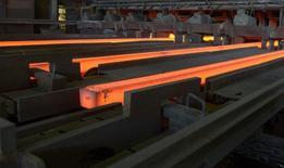 Aciérie d'ArcelorMittal à Hambourg. Les aciéries européennes perdent des parts de marché au profit d'importations à bas prix provenant de pays comme la Chine, dans lesquelles les sidérurgistes bénéficient d'une protection locale, estime la fédération professionnelle Eurofer. /Photo d'archives/REUTERS/Fabian Bimmer