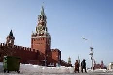 Вид на Спасскую башню московского Кремля 6 марта 2012 года. Кремль в первом за два дня комментарии объяснил 20-процентный обвал рубля эмоциями и спекуляциями. REUTERS/Thomas Peter