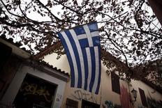 Dans le quartier touristique de la Plaka à Athènes. L'avenir de la Grèce dans la zone euro est peut-être une nouvelle fois dans la balance mais à la différence de la période 2011-2012, les investisseurs semblent croire que le reste de la région restera protégé des retombées d'une nouvelle crise. /Photo prise le 7 novembre 2014/REUTERS/Alkis Konstantinidis