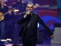 "Ringo Starr, baterista de los Beatles, se presenta en ""The Night That Changed America: A Grammy Salute To The Beatles"" en Los Angeles. Imagen de archivo, 27 enero, 2014.  El ex baterista de los Beatles Ringo Starr, el fallecido cantante Lou Reed, el grupo punk Green Day y el cantante Bill Withers figuran entre los artistas que ingresarán en el 2015 al Salón de la Fama del Rock and Roll. REUTERS/Mario Anzuoni"