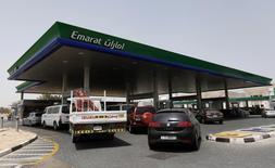 Una gasolinera de Emarat en Dubái, mayo 12 2012. Los productores de petróleo del Golfo Pérsico de la OPEP apuntaron esta semana a que podrían esperar entre seis meses y un año para ver si el mercado se estabiliza, acabando con las expectativas de una intervención rápida para frenar un desplome de los precios a menos de 60 dólares por barril.      REUTERS/Jumana El Heloueh