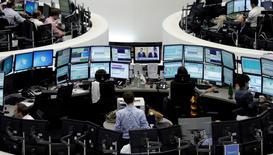 Les Bourses européennes rechutent mercredi à l'ouverture, dans le sillage de Wall Street, plombée par la baisse continue des cours du pétrole et par la crise financière en Russie. A 9h03, le CAC 40 recule de 1,32% à Paris, la Bourse de Londres perd 1,27%, celle de Francfort 1,11% et Milan 1,13%. /Photo d'archives/REUTERS/Pawel Kopczynski/Remote