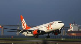 Jato da companhia aérea Gol preparando-se para decolar no Aeroporto Santos Dumont. 15/12/2014 REUTERS/Pilar Olivares