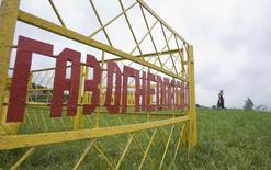 Ограждение у газопровода на окраине Минска 22 июня 2010 года. Газпром в следующем году снизит стоимость газа для Белоруссии до $154-155 за 1.000 кубометров со $168 в этом году, сказал на пресс-конференции посол России Александр Суриков. REUTERS/Vladimir Nikolsky