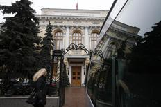 Женщина проходит мимо здания Банка России в Москве 16 декабря 2014 года. Центробанк РФ объявил ряд мер, направленных на поддержку российского финансового сектора, которые помогут банкам сэкономить резервы по кредитам и сохранить прибыль. REUTERS/Maxim Zmeyev