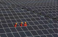 Usine de fabrication de panneaux solaires à Tongxiang, province de Zhejiang. La Chine a revu en hausse de 3,4% la taille de son économie en 2013 et estime désormais qu'elle représentait 58.800 milliards de yuans (7.690 milliards d'euros), mais cela n'aura aucune incidence sur les chiffres de la croissance cette année. /Photo prise le 18 décembre 2014/REUTERS