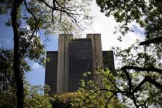 Imagen de la sede del Banco Central de Brasil en Brasilia. Imagen de archivo, 15 enero, 2014. Brasil registró un déficit de cuenta corriente de 9.333 millones de dólares en noviembre, mostraron datos del Banco Central publicados el viernes. REUTERS/Ueslei Marcelino