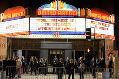 """Guardias de seguridad vistos durante la premiere de The Interview en Los Angeles. Imagen de archivo, 11 diciembre, 2014. La comedia sobre el asesinato ficticio del líder de Corea del Norte es """"desesperadamente aburrida"""" y le habría ido mal en el extranjero si no hubiera sido cancelada, según los correos electrónicos filtrados de ejecutivos internacionales de Sony Pictures. REUTERS/Kevork Djansezian"""