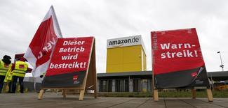 Centre de logistique d'Amazon à Graben, près d'Augsbourg. Les employés de trois des neuf entrepôts d'Amazon en Allemagne ont décidé de reconduire leur grève jusqu'au 24 décembre, la veille de Noël. /Photo prise le 15 décembre 2014/REUTERS/Michaela Rehle