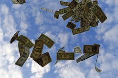 Billetes de un dólar arrojados al aire en una ilustración fotográfica en Sevilla, nov 16 2014. El dólar subía frente a las monedas principales por tercera sesión consecutiva el viernes, ante las políticas monetarias divergentes entre la Reserva Federal y otros importantes bancos centrales.   REUTERS/Marcelo Del Pozo