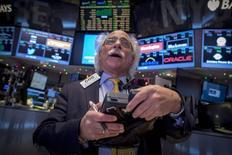 Un operador trabaja en piso de la bolsa de Nueva York, 18 diciembre, 2014. Las acciones subían levemente el viernes en la bolsa de Nueva York y prolongaban las ganancias de la mejor racha de dos días del índice S&P 500 en tres años, que siguió al más reciente comunicado de política monetaria de la Reserva Federal. REUTERS/Brendan McDermid