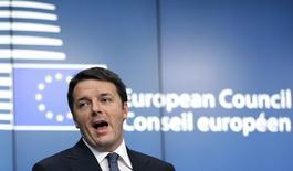 En la imagen de archivo, el primer ministro italiano Matteo Renzi habla en una conferencia de prensa con líderes europeos en Bruselas. Renzi ganó una votación de confianza en el Senado que aprobó su presupuesto para 2015, que recorta impuestos y que se espera que la Cámara Baja del Parlamento sancione de forma definitiva la próxima semana. 18 de diciembre de 2014. REUTERS/Francois Lenoir
